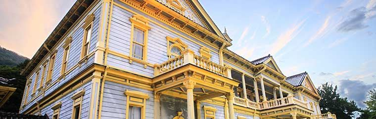 A beautiful blue-grey and yellow building, it has been registered as an important cultural property. Despite being built over 100 years ago, the building's time period's glamorous atmosphere remains, and the building itself is beautifully maintained. The balcony offers a breathtaking view, as the building's elevated location overlooks Hakodate's ports and streets.
