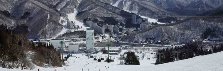 Naeba Ski Resort is located in Yuzawa, a town in Niigata Prefecture's Minamiuonuma District. The resort is operated by Prince Hotel, and there is a conveniently located hotel next to the facility. There are 7 beginner courses, 6 intermediate courses, and 6 advanced courses. Naeba Ski Resort is a popular place for skiers every year!