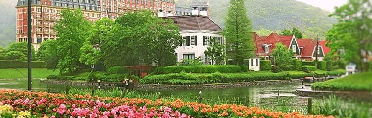Huis Ten Bosch is Japan's most expansive theme park, boasting an area of around 1.52 million square meters!