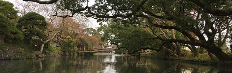Yanagawa is a peaceful town, where riverboats come and go and the faint sound of water lapping against boats skillfully maneuvered by ferrymen can be heard.