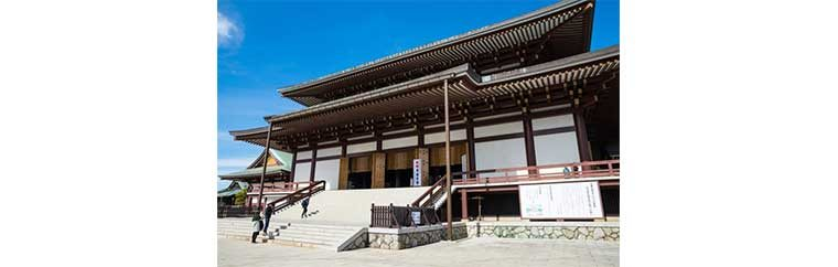 A historical main temple of Chizan School of Shingon Sect, founded in 940. Go visit a historical shrine to celebrate a beginning of a New Year.