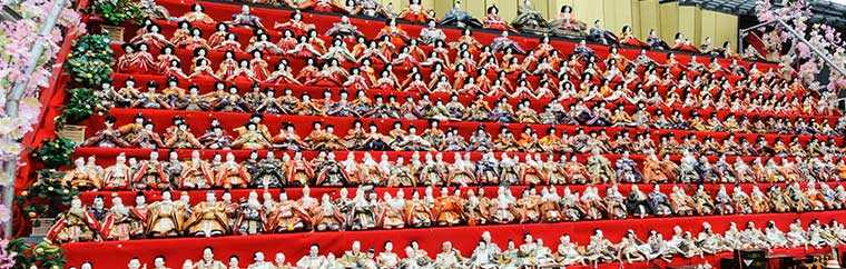 A large-scale Hina Matsuri has been held annually in Katsuura City of Chiba Prefecture since 2001. Hina Matsuri, otherwise known as doll festivals, are traditional Japanese events held since long ago to pray for healthy growth for young girls. Hina dolls and peach blossoms are used as decorations, and you can enjoy white sake and sushi. A total of around 30,000 Hina dolls donated from around the country decorate areas across the city, so you can enjoy the dolls even just by walking around town.