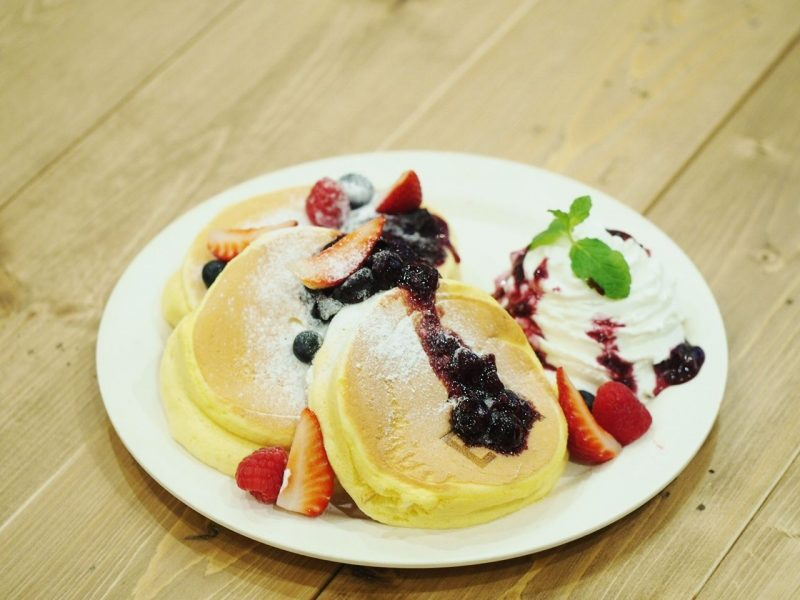 Custard and Mixed Berry Pancakes (3 cakes) 1480 yen (tax excl.)