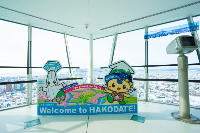 "Left: Goryokaku Tower's mascot, ""Gota-kun"" Right: Hakodate Sightseeing's mascot, ""Exo-kun"""