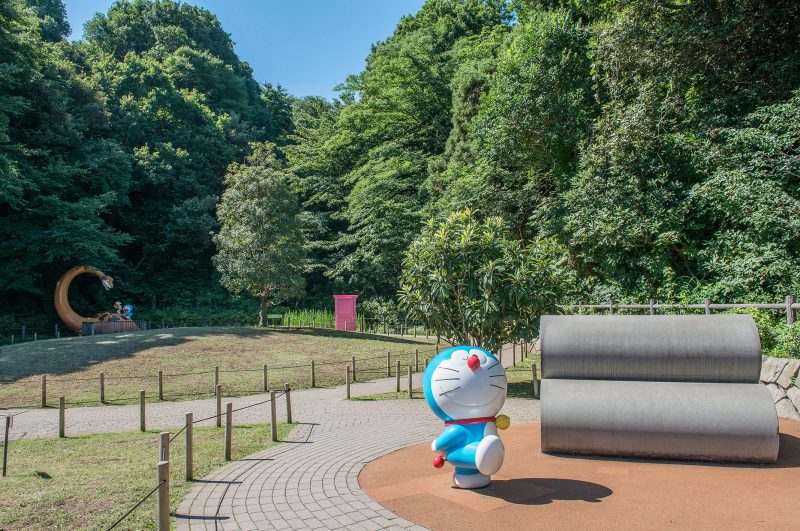 """Doraemon"" walks in Ikuta Ryokuchi, surrounded by a rich natural environment."