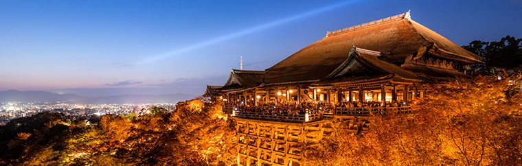 Every year, Kiyomizu-dera Temple offers special night visits in autumn. The temple seems to float above a myriad of trees changing color. While enjoying the spectacular scenery that can only be glimpsed at night, why not visit the statue of Kannon, the Goddess of Mercy?